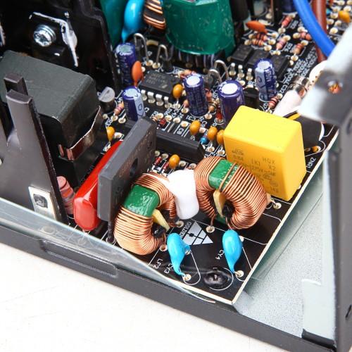 电源EMI滤波器   金河田黑将S500电源采用两级EMI滤波器设计,能有效滤除外界电网的高频脉冲对电源的干扰,同时也起到减少电源本次对外界的电磁干扰,让电源运行更稳定。