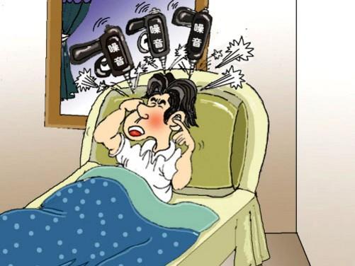 专家表示,人的正常听力在0-25分贝,至60岁起逐渐衰退。年轻时听神经遭破坏,很可能40岁左右就会出现听力衰退。不少30-40岁的人已经出现衰退,提前了一二十年。而这些听力都是在家中小噪音的影响下,不知不觉失去的。 专家称,家里暗藏着不少噪音源,除了锅碗瓢盆发出的声响外,还有空调冰箱压缩机、风扇电脑风叶转动、洗衣机、电视等声音。而按照国家标准,室内噪音不得超过45分贝。 一项调查显示,家电噪音一点不次于交通、施工等带来的噪音污染。其中,洗衣机高速转动 84分贝;电吹风强档80分贝;抽油烟机强档77分贝;开