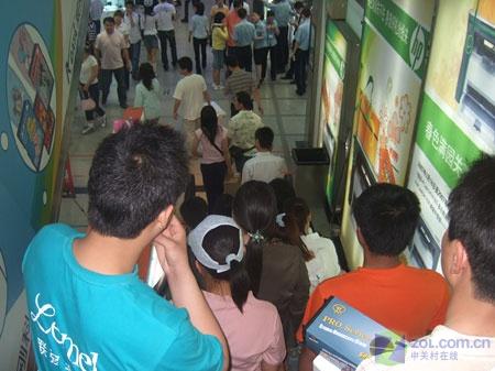 电梯内人群拥挤
