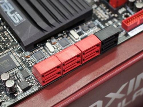 华硕ROGMaximus V Formula主板I/O方面,预置6个USB3.0端口(2前4后)和8个USB2.0端口(4前4后),英特尔千兆网卡、DP/HDMI高清视频端口和5声道音频输出端口也一应俱全。还有,主板的mPCIeCombo多功能扩展卡提供双频Wi-Fi无线和蓝牙4.0模块。  编辑点评: 搭载Z77芯片组的华硕ROGMaximus V Formula主板拥有高效的散热设计,完美的游戏品质体验和震撼的音效输出,以上种种都使得M5F主板成为了游戏玩家和发烧友们的不二选择。 产品型号:华硕ROG