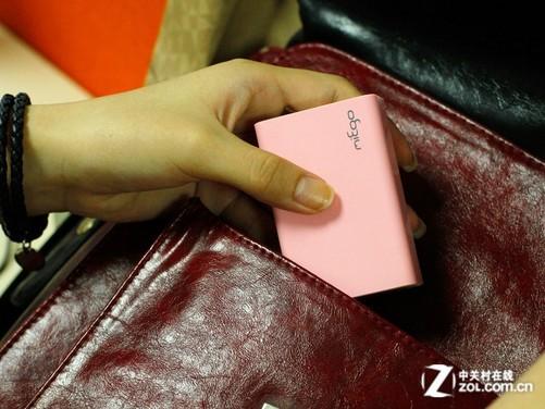 根据国际民航组织《危险物品安全航空运输技术细则》(2011-2012版)规定,旅客或机组成员为个人自用内含锂或锂离子电池芯或电池,在理论上是只能作为随身手提行李登机,每人随身携带的单个电池额定能量值不能超过160Wh(约相当于43000mAh);电池的额定能量值在100Wh(约27000mAh)-160Wh(约43000mAh)之间时,需要向机场报备;当电池的额定能量值未达到100Wh(约27000mAh)时则无需报备。由于不同的航空公司的限制要求各不相同,所以具体情况还需要直接联系当地机场经过确认。