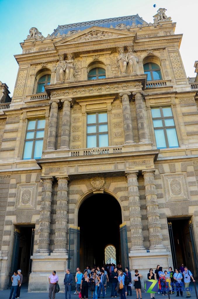 法国卢浮宫著名三角形建筑
