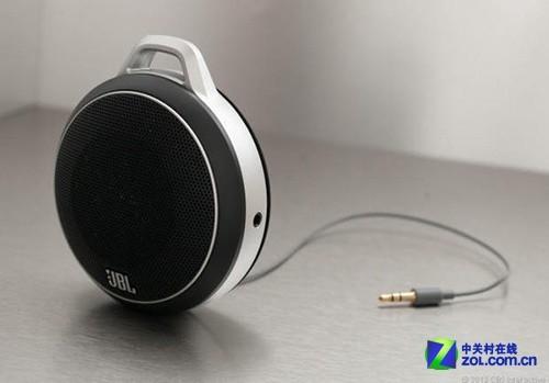 需要与音源设备连接时,只需抽出音响自带的音频线与设备连接,便可播放