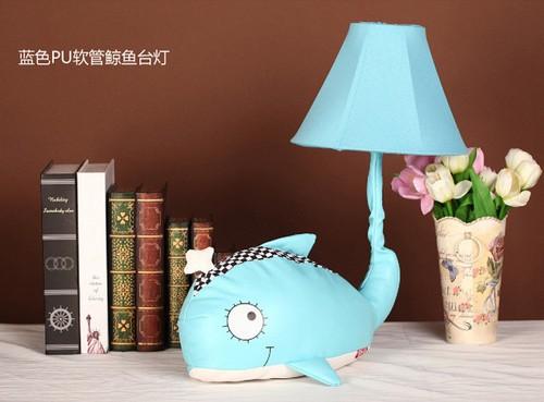 可爱喷水设计 宜美蓝色鲸台灯195元