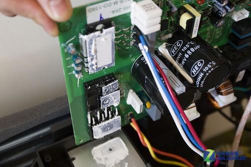 电路板电路设计清晰,电子元件排列紧凑