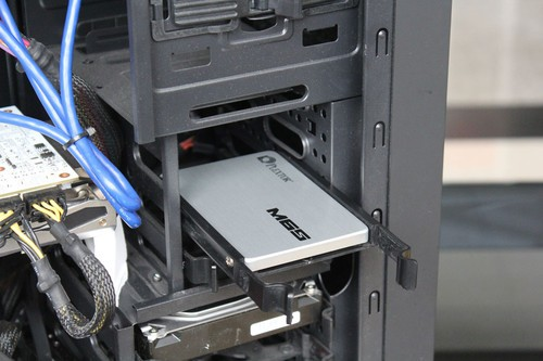 四颗螺丝安装完毕后,按照之前操作将托架安装到机箱中。