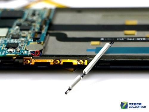 这也是它用量讲究做工精细的一个细节表现,音量键采用的是全金属材质,并且是CNC级别的做工,与iPhone 5c同级别的。
