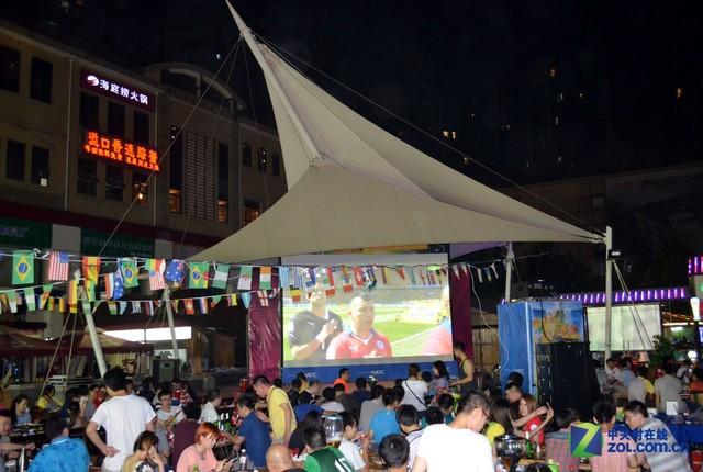 NEC大屏世界杯之夜 啤酒烤串赏足球宝贝