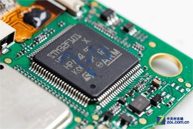 唯一一颗没加屏蔽罩的IC,也就是机器的主控芯片,低功耗的ARM架构,由意法半导体(ST)提供。虽未目睹其他IC真容,但据了解海能达对讲机的核心元器件均由国际顶级供应商提供,所有来料通过专业的实验室进行检测,从源头控制产品质量。