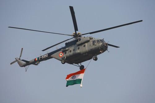 直升飞机飞过阅兵现场