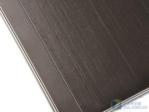 整机外观介绍 惠普ProBook 4326s整机外观非常贴合商务人士所需要的简洁沉稳风格,顶盖着色为摩卡黑,独特的色调搭配金属拉丝效果显得很有档次,笔记本A面采用镁铝合金材质很大程度保证机身的坚固和稳定,这款笔记本和之前推出的惠普ProBook 4321s经典机型的模具是完全一样的。