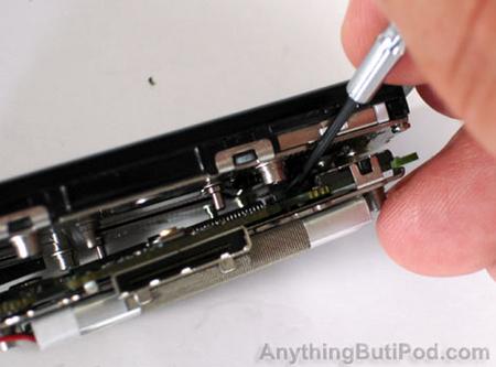 图为:用排线卡槽相连LCD和电路板