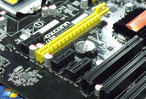 扎实的显卡供电电路 网吧电脑最重要的应用就是网络浏览和网上游戏等,而网络的稳定性则关乎上网客户的使用感受,因而十分重要。富士康H6E-i网吧专用主板在这方面做了着重的加强,在网卡芯片供电电路部分增加了滤波电容,使得供电更为稳定纯净,比普通主板的网络稳定性更好。另外在显卡插槽供电电路也增加了电容,可以提升显卡稳定性和性能。 富士康H6E-i网吧专用主板主要特色: 1)支持Intel 1156接口i7/i5/i3 处理器 2)支持DDR3 内存频率可达2000Hz 3)搭载HDMI/DVI接口及8声道音效输