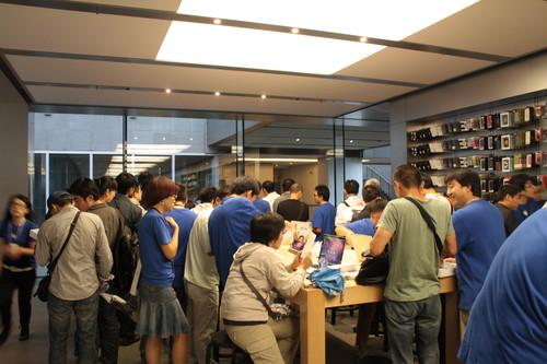苹果iPad中国内地火爆发售 现炫富男
