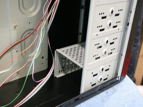 在内部结构布局方面,绝尘侠x3电源上置,搜罗所有的micro atx / atx板