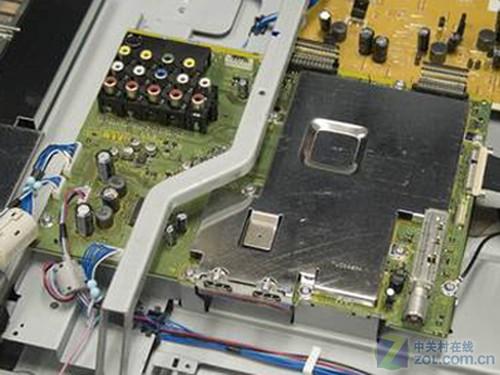 拆卸后的电视电路板