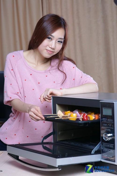 美女诠释 烧烤功能到底多强? 微波炉