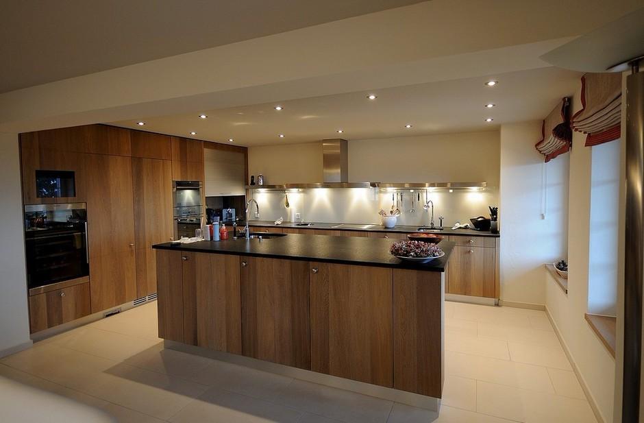 西式的厨房则是开放式的,由岛台、一体式厨电等时尚新鲜元素组成。微波炉、燃气灶、吸油烟机是中式厨房的标配,而微波炉、电烤箱和洗碗机是西式厨房中必不可少的。除了厨房设计上与中式大相径庭外,中西方饮食习惯上也有一定的差异。 有一个好的厨房估计是不少喜欢下厨的朋友的梦想,如果你可以自由的设计你家的厨房你会怎么设计呢?今天就和大家分享20个精致的西式厨房设计,希望其中有你喜欢的。 收起