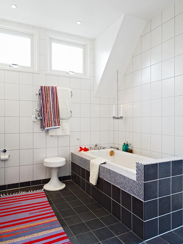 白色的瓷砖,藏青色的地砖,一深一浅,洗澡冲凉都美 高清图片