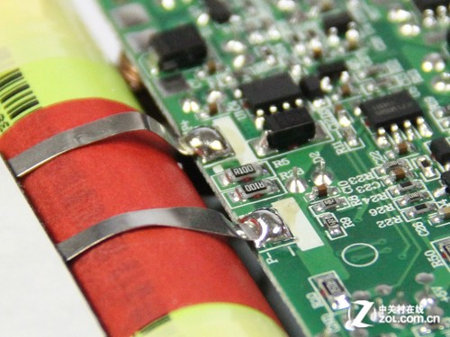 品胜电库移动电源电芯与电路板使用同样更加可靠的金属片进行连接和