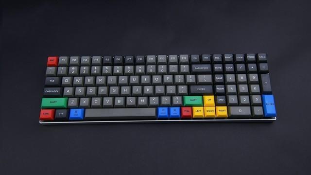 紧凑型全尺寸机械键盘体验:PBT键帽+可编程